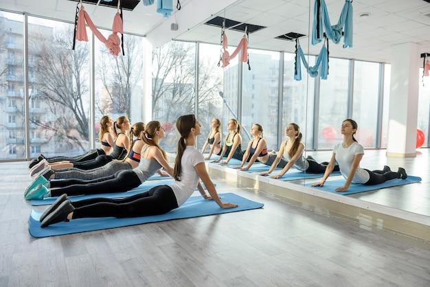 Groupe faisant des exercices de fitness pour les jambes dans la salle de gym