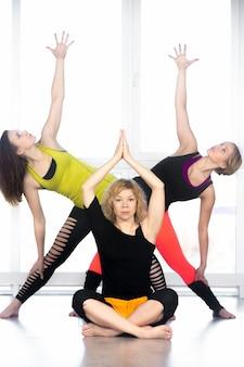 Groupe de femelles yogi pratiquant le yoga en classe