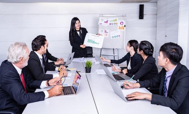 Groupe de femme d'affaires prospère. discussion sur les bénéfices de l'entreprise.