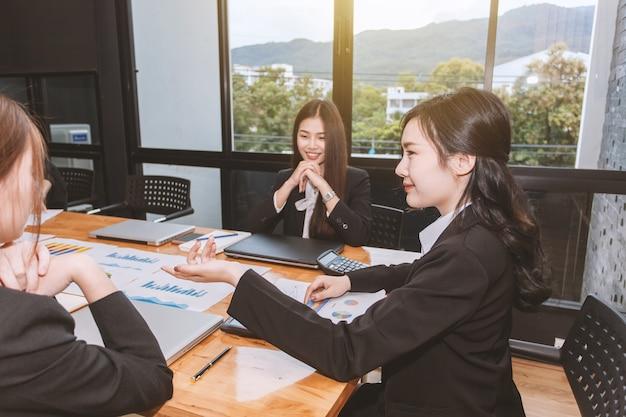 Groupe de femme d'affaires travaillant ensemble au bureau