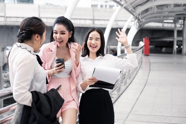 Groupe femme asiatique à la recherche d'informations dans le classeur.