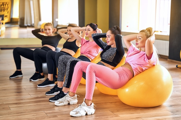 Groupe de femme faisant de l'exercice sur ballon de fitness