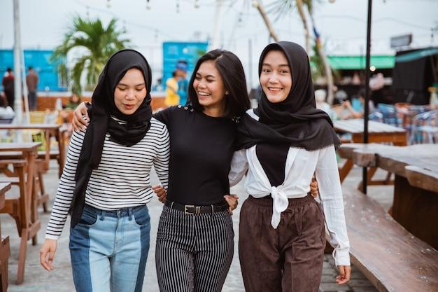 Groupe femme, sourire, regarder appareil-photo