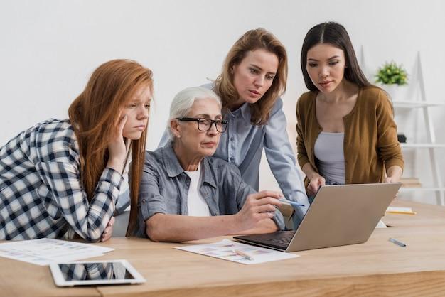Groupe de femmes adultes travaillant ensemble