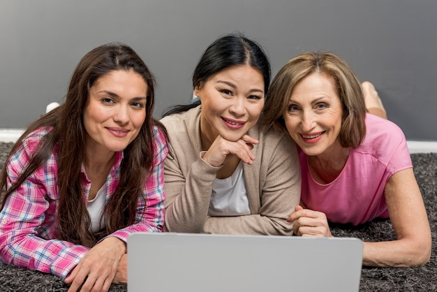Groupe de femmes à l'aide d'un ordinateur portable