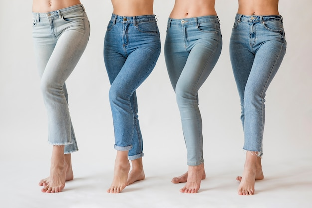 Groupe de femmes aux pieds nus en jeans