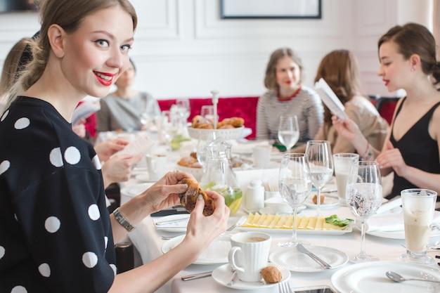 Groupe de femmes célébrant au restaurant