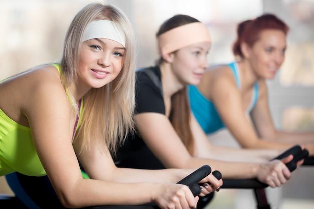 Groupe de femmes cyclistes en gymnase