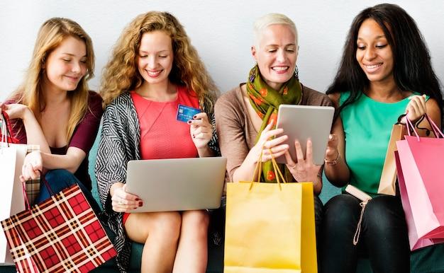 Un groupe de femmes diverses fait du shopping en ligne