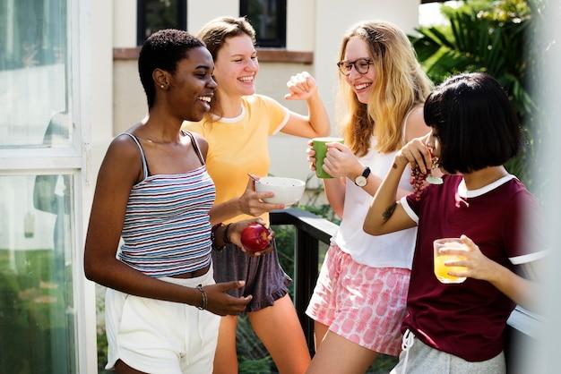 Un groupe de femmes diverses parlant entre elles