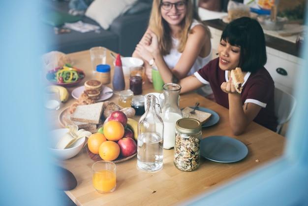 Un groupe de femmes diverses prenant leur petit déjeuner ensemble