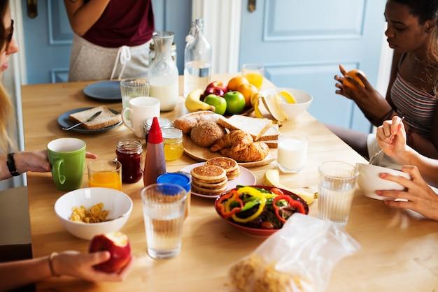 Un groupe de femmes diverses prenant le petit déjeuner ensemble