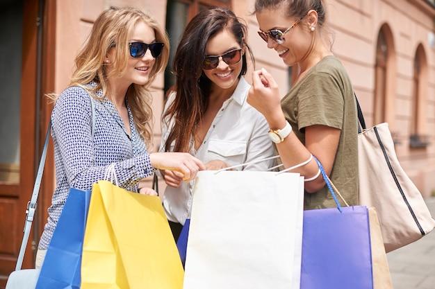 Groupe de femmes élégantes faisant du shopping