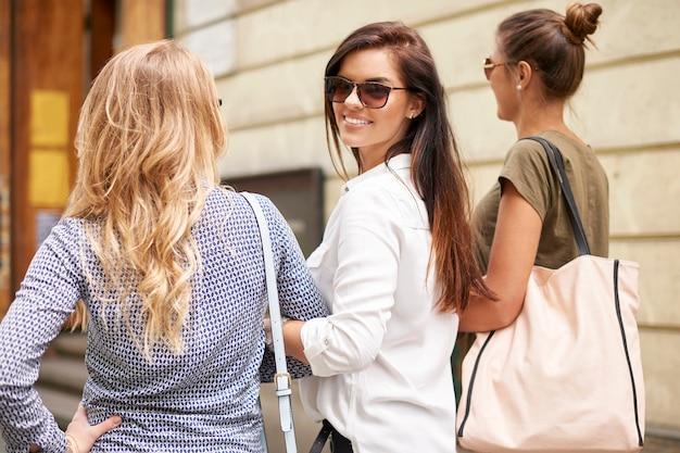 Groupe de femmes élégantes profitant de la ville
