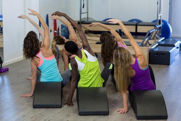 Groupe de femmes exerçant sur arc baril