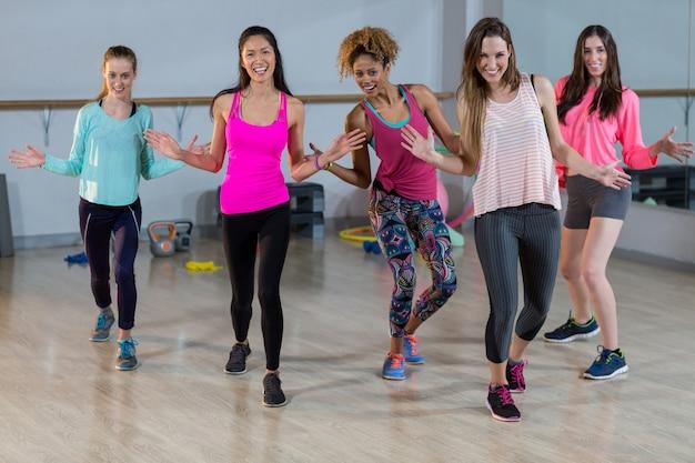 Groupe de femmes faisant de l'aérobic