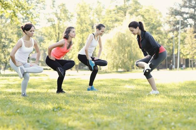 Groupe de femmes faisant du sport en plein air