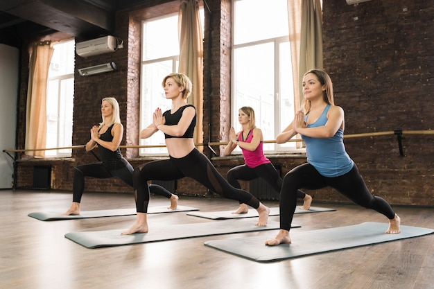 Groupe de femmes faisant du yoga ensemble