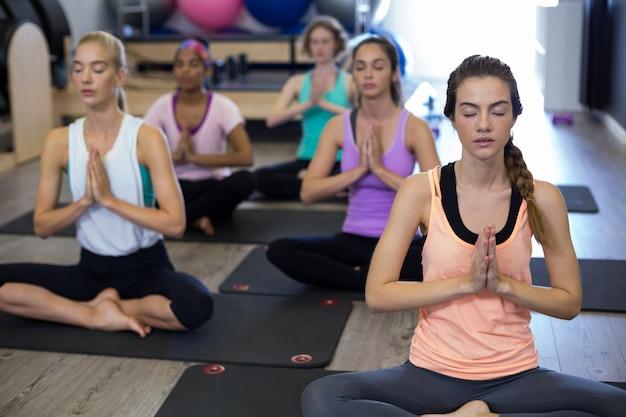 Groupe de femmes faisant du yoga