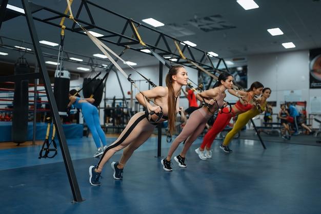 Groupe de femmes faisant de l'exercice en forme dans une salle de sport