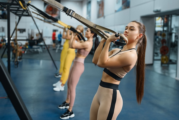 Groupe de femmes faisant des exercices d'équilibre dans une salle de sport