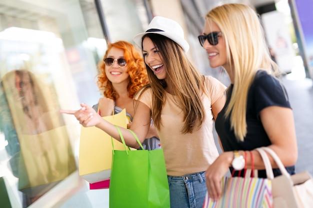 Groupe de femmes heureuses faisant du shopping, voyageant, s'amusant dans la ville