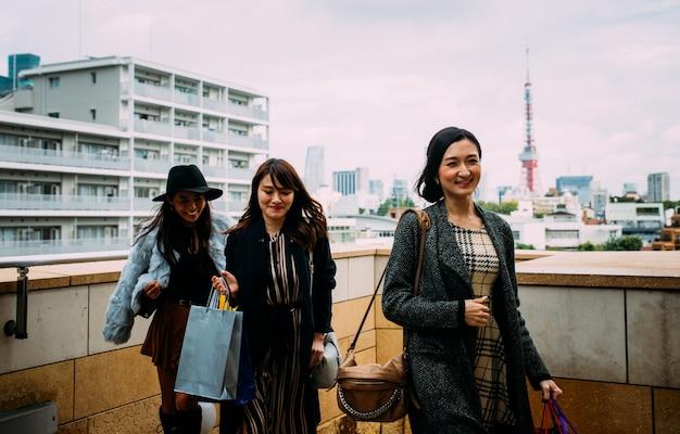 Groupe de femmes japonaises passant du temps à tokyo, faisant du shopping dans différents quartiers de la ville