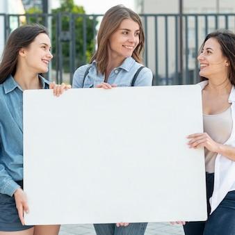 Groupe de femmes manifestant ensemble