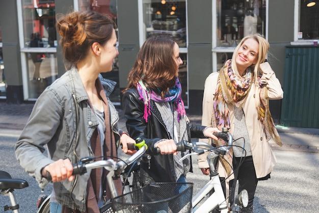 Groupe de femmes marchant à copenhague