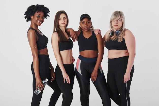Groupe de femmes multiethniques debout