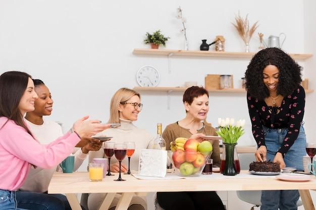 Groupe de femmes passant du temps ensemble dans la cuisine