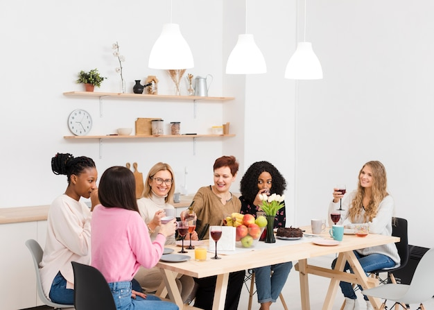 Groupe de femmes passant du temps ensemble à une table
