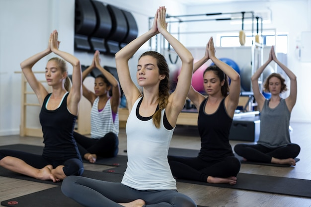 Groupe de femmes pratiquant le yoga