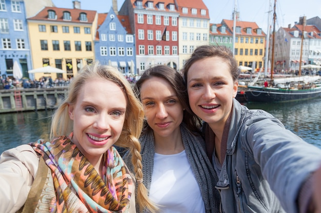 Groupe de femmes prenant un selfie à copenhague