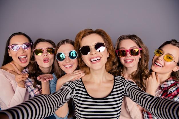 Groupe de femmes prenant selfie