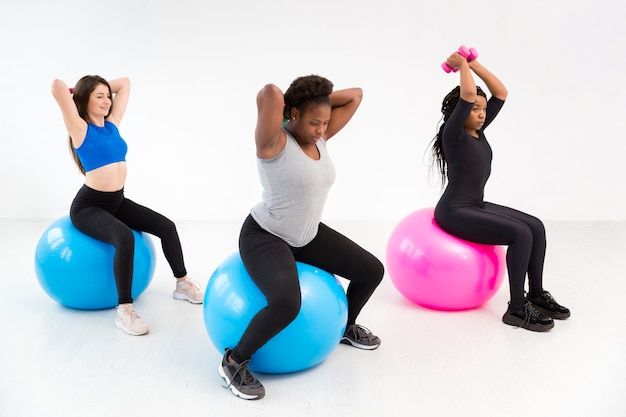 Groupe de femmes proacticing fitness