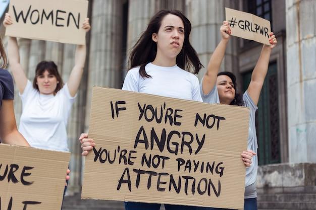 Groupe de femmes protestant ensemble