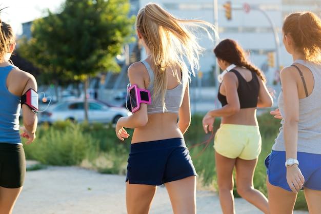 Groupe de femmes qui courent dans le parc.
