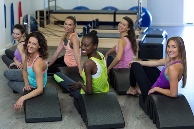 Groupe de femmes se détendre sur arc baril