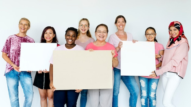 Groupe de femmes tenant des planches