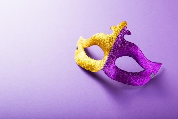Un groupe festif et coloré de mardi gras ou masque carnivale sur fond violet. masques vénitiens.