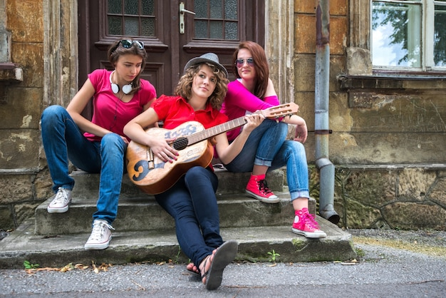 Groupe de filles assis dans la rue