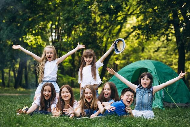 Groupe de filles camping en forêt