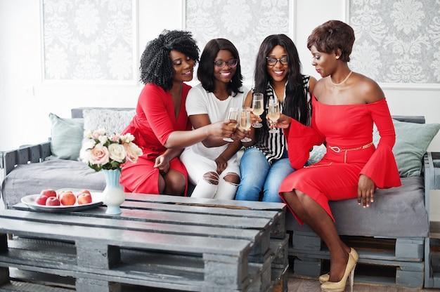 Groupe de filles faisant la fête tinter les verres avec du champagne mousseux