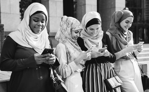 Groupe de filles islamiques utilisant un téléphone intelligent