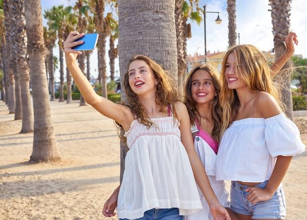 Groupe de filles meilleures amies tir selfie