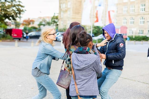 Groupe de filles menacées par une arme à feu par un voleur