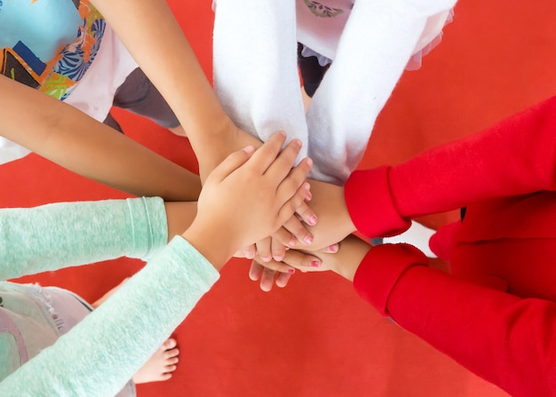 Groupe de filles a mis leurs mains ensemble dans un cercle