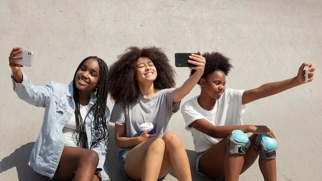 Groupe de filles noires passant du temps ensemble à l'extérieur