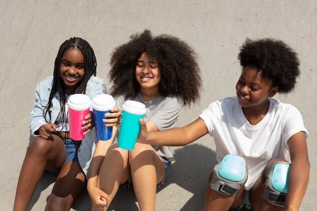 Groupe de filles noires passant du temps ensemble